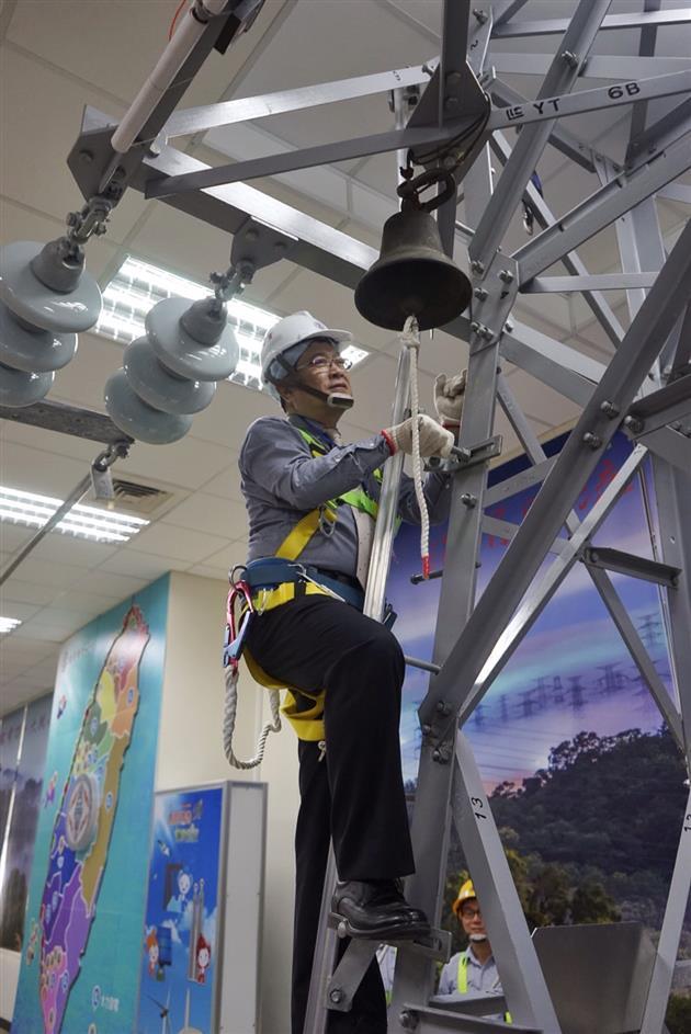 台電董事長楊偉甫當起「蜘蛛人」,體驗攀爬鐵塔