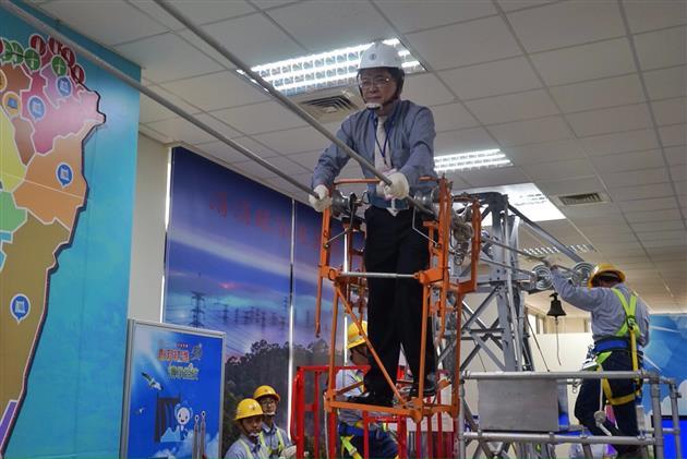 台電董事長楊偉甫體驗搭乘人力滑行的宙乘車