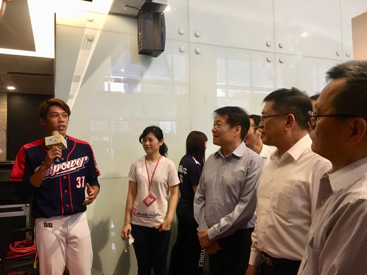 本屆亞運中華隊棒球員蔡偉凡(左一)於展場分享球隊培訓心得