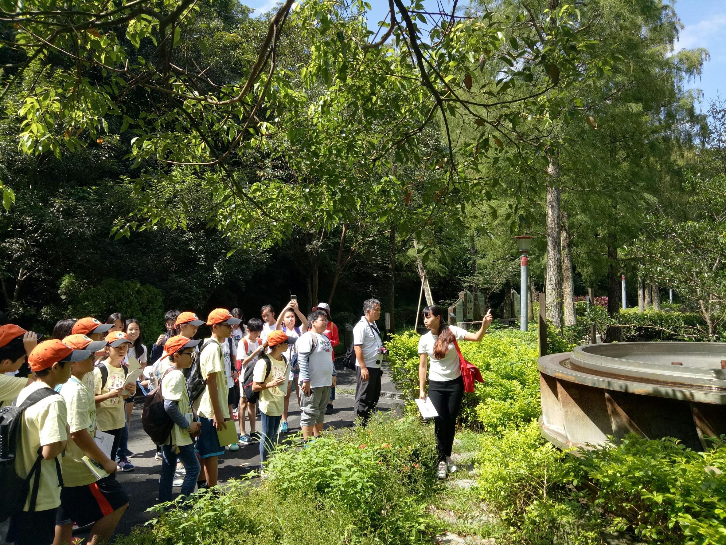 走訪桂山電廠入口處的水輪機展示公園 老師現場解說水流推動水輪機發電的原理