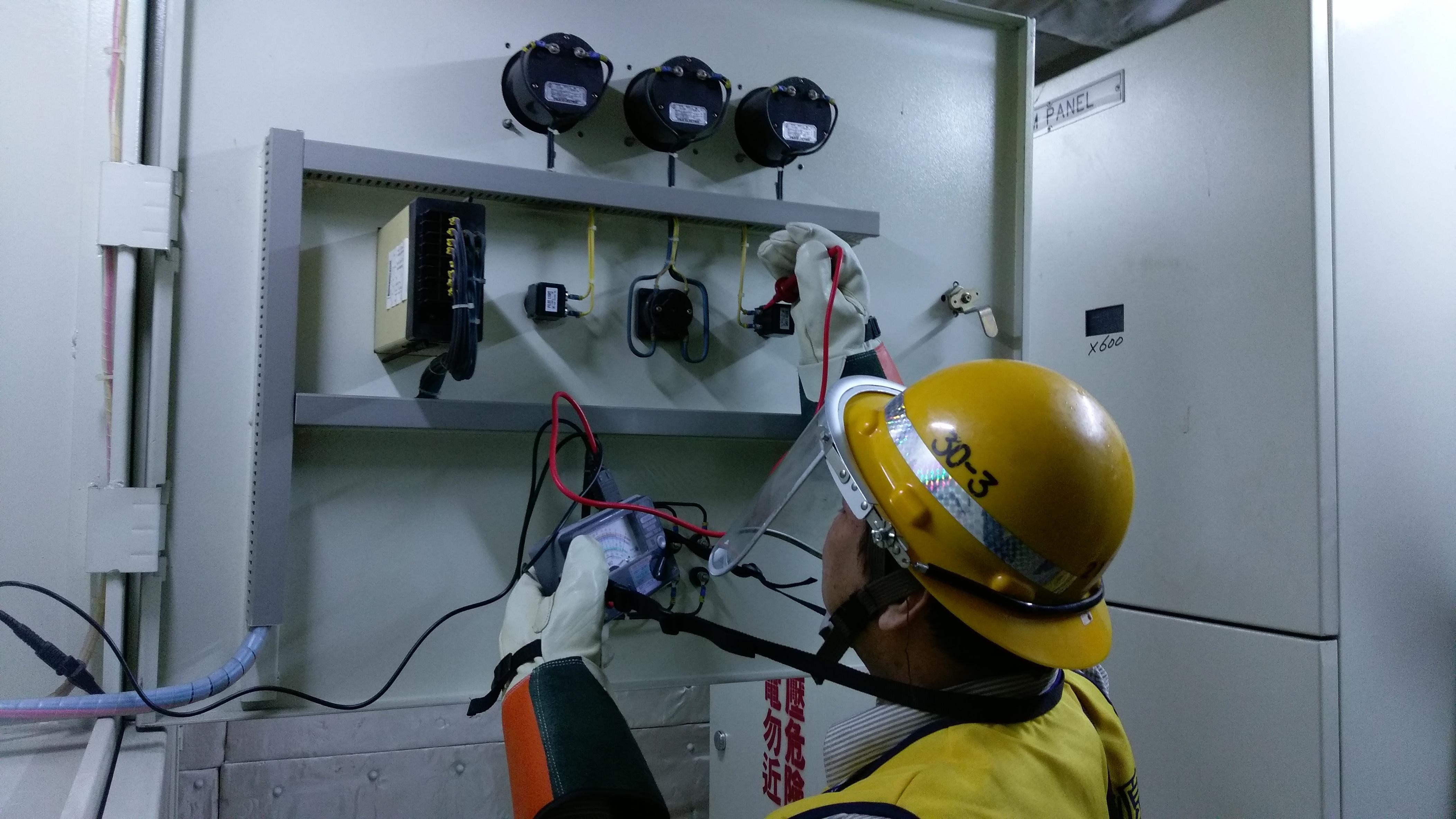 台電人員量測投開票所的自備線路設備