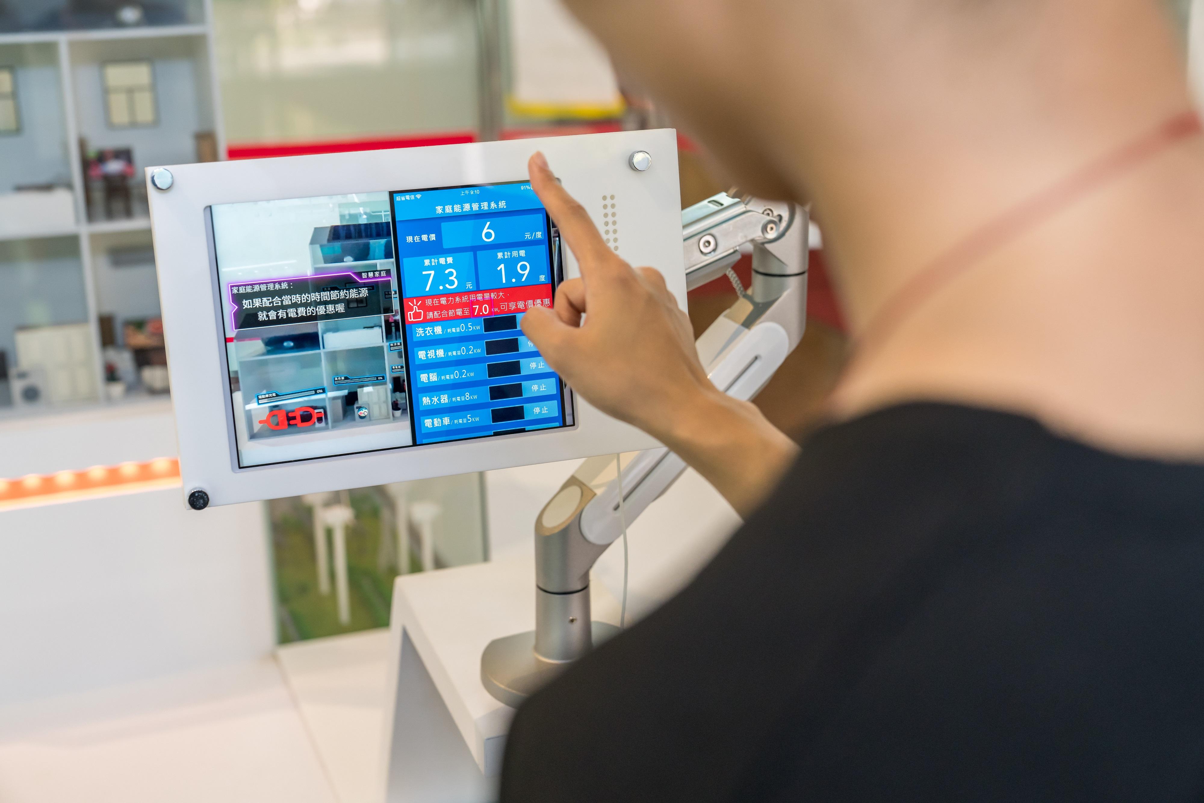 台電智慧電網展示場透過多樣化互動模型裝置、擴增實境(AR)技術及動畫影片介紹智慧電網