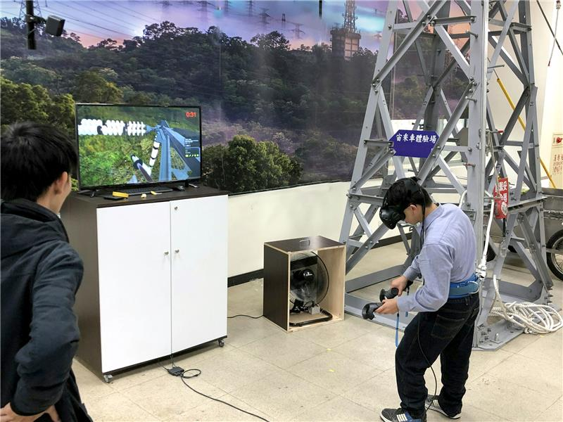 By means of virtual reality (VR) simulation, trainees are trained to process operations such as power line insulator cleaning or line maintenance, etc.